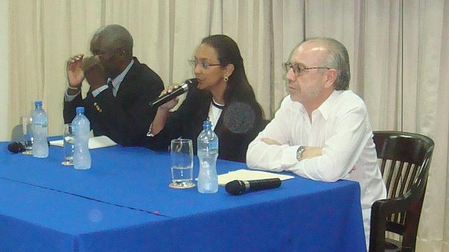 De Derecha a iquierda, el embajador Hernández Ruigómez con la ministra de cultura Monique Rocourt y