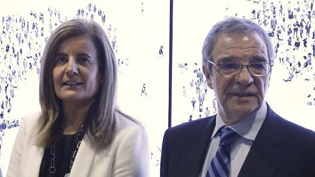 El presidente de Telefónica, César Alierta, junto a la ministra de Empleo, Fátima Báñez