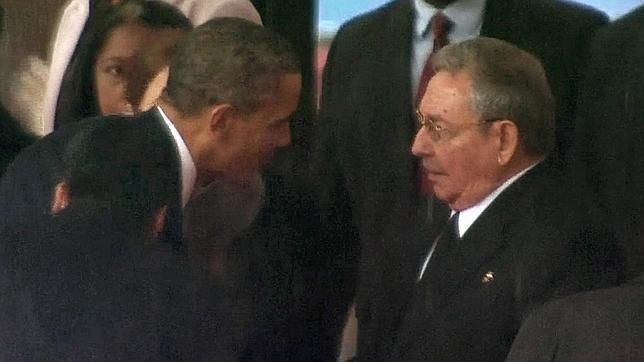 Barack Obama y Raúl Castro se saludan durante el funeral de Nelson Mandela en Johannesburgo