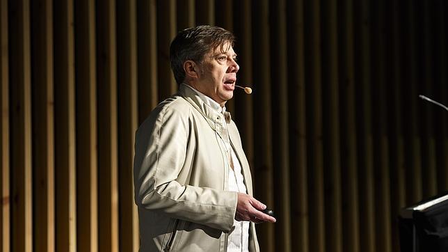 Carlos Pacheco en el auditorio de ESNE