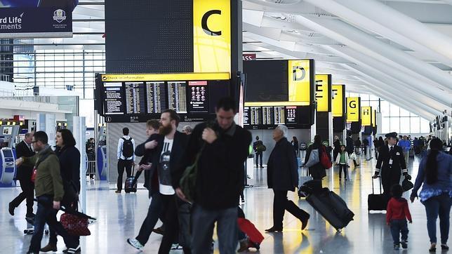Pasajeros en el aeropuerto londinense de Heathrow