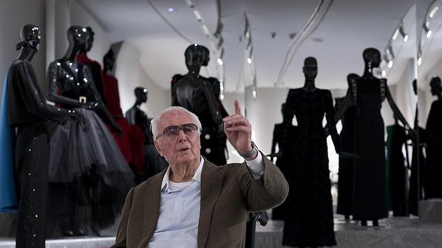 El diseñador Hubert de Givenchy durante el montaje de la exposición en el Thyssen