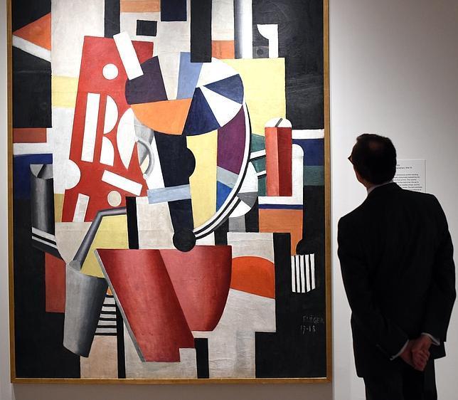 Un hombra admira un Léger de la Colección Lauder en el MET