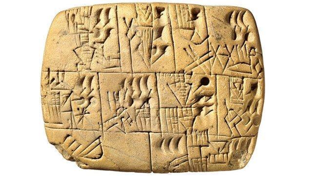 Tablilla de arcilla blanca encontrada en Sumer, con inscripciones de escritura cuneiforme