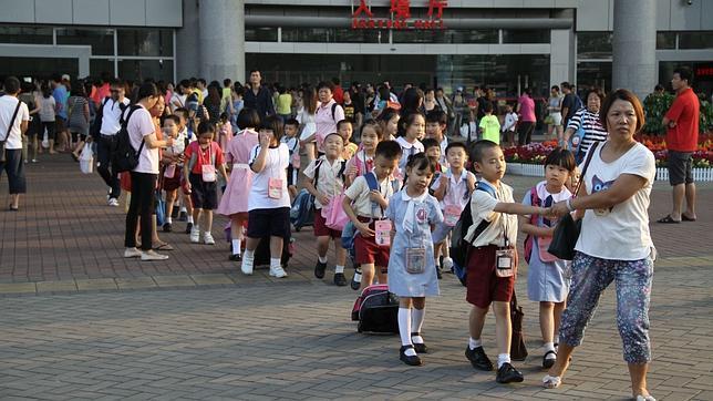 Miles de niños chinos nacidos en Hong Kong cruzan cada día la frontera para ir a clase en la antigua colonia británica