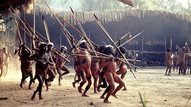 Hombres de una aldea yanomami danzan en otra aldea vecina para mostrar su poderío militar y cohesión social