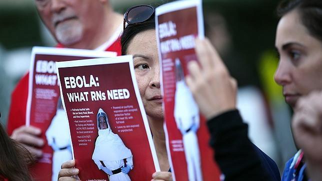 Enfermeras leen un folleto sobre el ébola en Estados Unidos