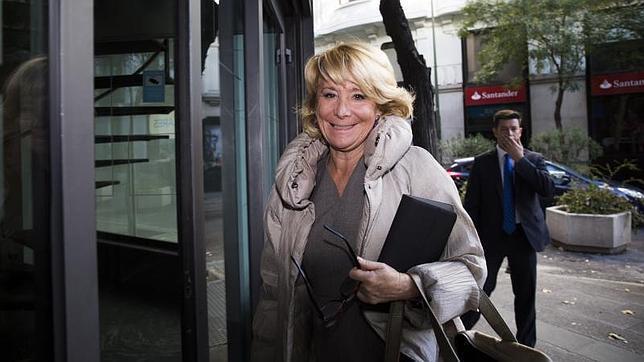 Esperanza Aguirre en la entrada de la sede del PP de Madrid, esta tarde