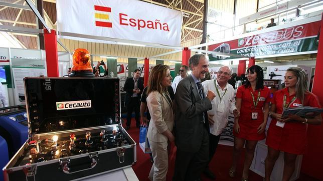 El embajador de España en Cuba, Francisco Montalbán (c), recorre uno de los pabellones españoles en la Feria Internacional de La Habana