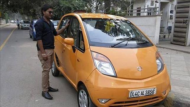 Dharmesh Gupta posa con su Nano, con el que ha recorrido 45.000 kilómetros en dos años