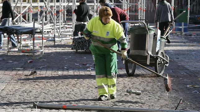 Una barrendera limpia las calles de Madrid