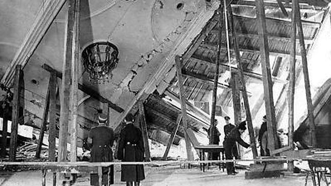 Bomberos y fuerzas del orden ante los restos de la cervecería tras el fallido atentado contra Hitler