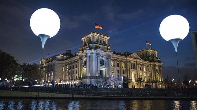 Los globos de luz instalados este fin de semana en el trazado del antiguo muro de Berlín (en la foto, junto al Reichstagen)