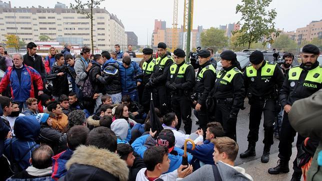 Jóvenes del club deportivo Aviación intentan, con una sentada, evitar el desalojo de sus campos de fútbol