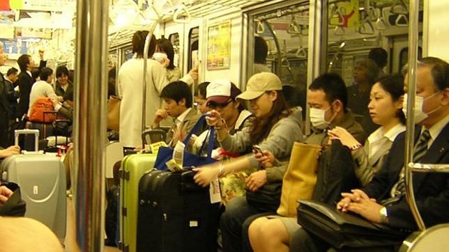 Imagen de normalidad en el metro de Tokio, donde ocurrió el atentado con gas sarín el día 20 de marzo de 1995