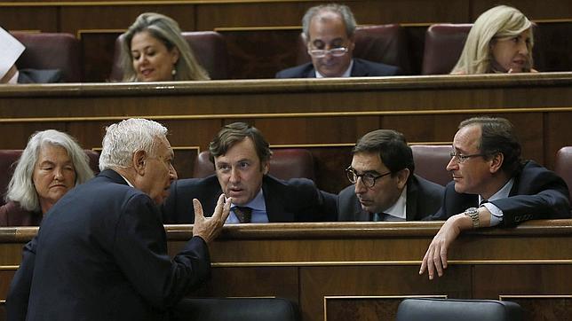 El ministro de Asuntos Exteriores, José Manuel García-Margallo, conversando ayer con el portavoz del PP en el Congreso, Alfonso Alonso