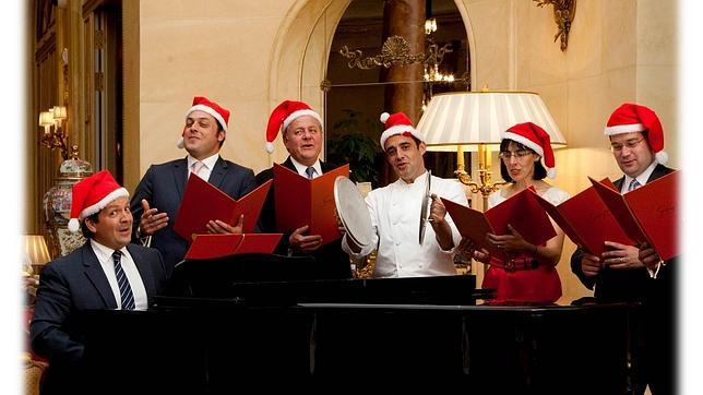 A la izquierda, Christian Tavelli, director del hotel, con el resto de su equipo