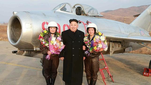 Kim Jong-un con las primeras mujeres pilotos de aviones de combate de Corea del Norte