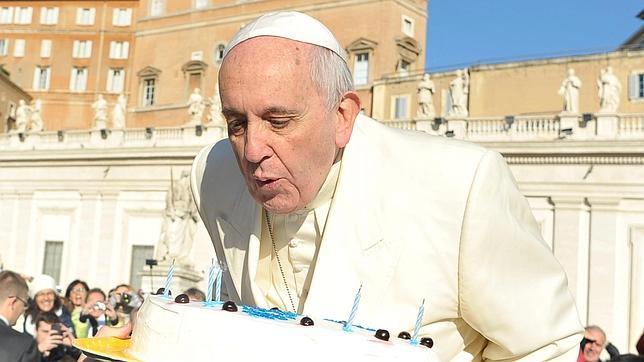 El Papa sopla las velas de una tarta de cumpleaños a su llegada a la Plaza de San Pedro