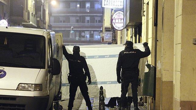 Dos policías, en el levantamiento del cadáver del joven asesinado en Zaragoza
