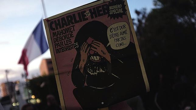 «Charlie Hebdo» publicó las caricaturas danesas con una portada en la que se representaba a Mahoma tapándose los ojos