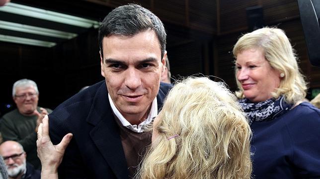Pedro Sánchez, ayer, con los militantes en la asamblea de San Sebastián