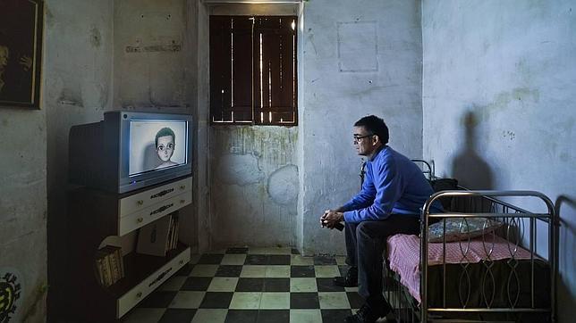 Un espectador contempla un vídeo de Manu Arregui en una de las estancias de EDOM (Blanca-Murcia)