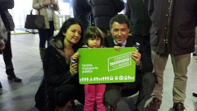 Ignacio González junto a la niña de la pasajera dos millones y una simbólica tarjeta verde gratuita