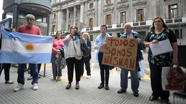 «Todos somos Nisman». Así se manifiestan algunos argentinos frente al Congreso, en el centro de la ciudad.