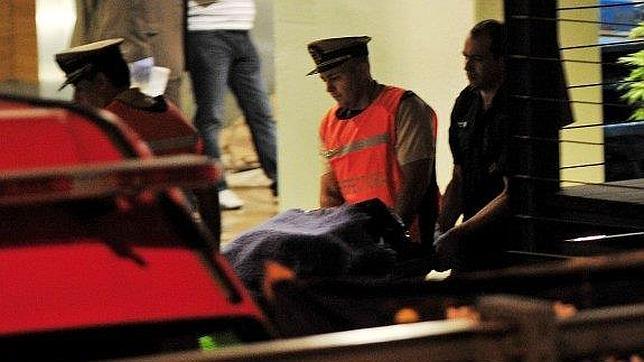 Momento en el que trasladan el cuerpo del fiscal Alberto Nisman