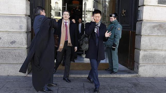 Representantes del Gripo Wanda salen de la Puerta del Sol, la sede del Gobierno de la Comunidad