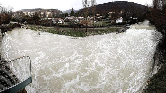 Panorámica del rio Arga en Huarte (Navarra) este mediodia, junto a varias huertas que han sufrido inundaciones tras la crecida ayer por las intensas lluvias.