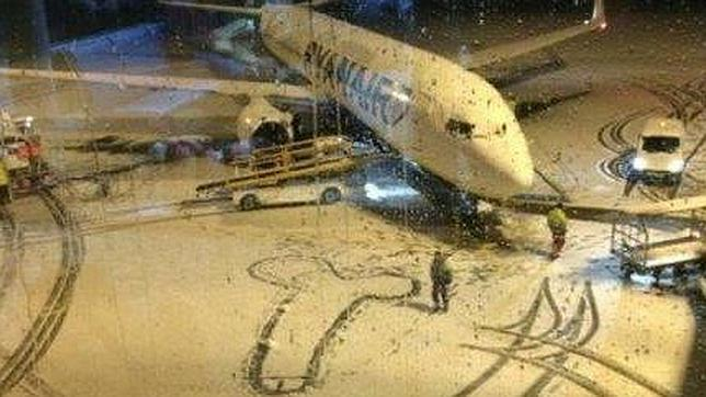 La nieve ha llegado al las instalaciones aeroportuarias