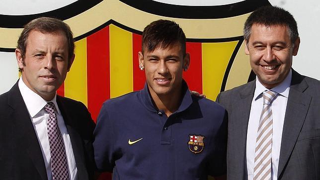 Neymar, entre Rosell y Bartomeu