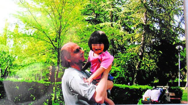Antonio y su hija Isabel cuando tenía dos años de edad, antes de que su madre se la llevara a Japón
