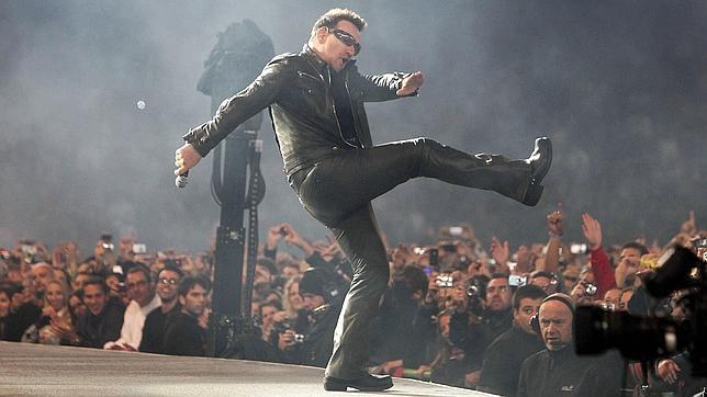 Bono, líder y cantante de U2, durante un concierto que la banda ofreció en San Sebastián en 2010