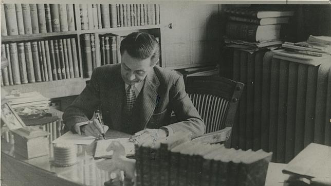 Enrique Jardiel Poncela, escribiendo en su despacho