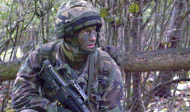 El príncipe Enrique, hijo del Príncipe Carlos, durante un ejercicio militar en algún lugar del Reino Unido en noviembre de 2005
