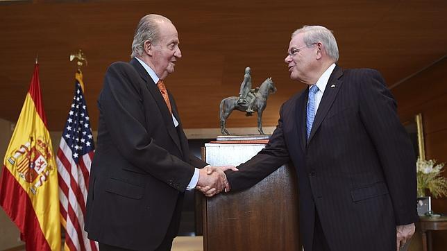 El rey Juan Carlos felicita al senador demócrata de origen cubano, Bob Menéndez tras entregarle el premio «Bernardo de Gálvez»