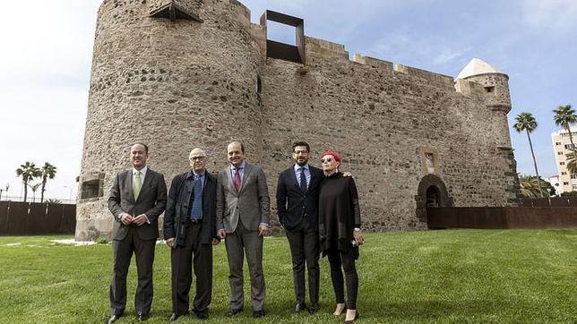 Chirino, junto con el alcalde Cardona y otras autoridades, en el castillo