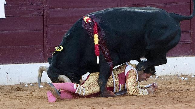 Rivera Ordóñez es pisoteado por el toro en un momento angustioso