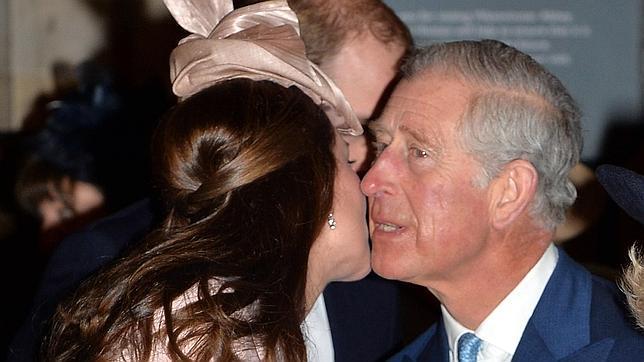 La duquesa de Cambridge saluda a su suegro el Príncipe Carlos de Inglaterra