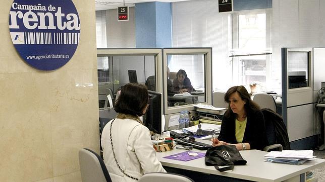 Una mujer pide información en una oficina de la Agencia Tributaria en Madrid