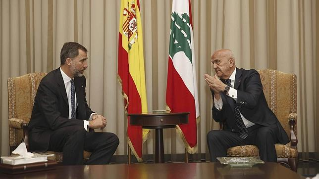 Felipe VI conversa con el viceprimer ministro libanés y titular de Defensa, Samir Mokbel, durante la reunión que han mantenido a su llegada al aeropuerto de Beirut, en su primer viaje oficial al Líbano