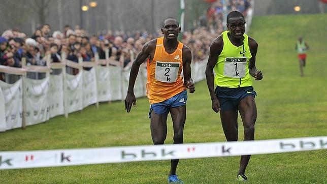 Dos corredores llegando a la meta