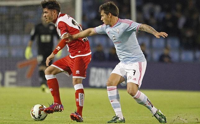 Jozabed controla el balón ante el delantero del Celta de Vigo, Santi Mina