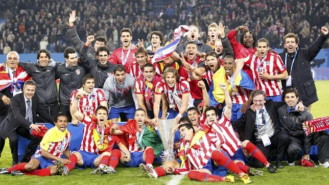 Jugadores y cuerpo técnico celebran la consecución de la Europa League en 2010