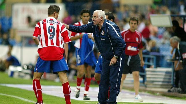Luis Aragonés instruye a Fernando Torres en su primera etapa como jugador rojiblanco