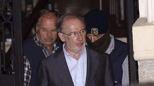 Rodrigo Rato, a la salida de su domicilio tras los registros