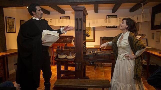 Dos actores representan cómo se imprimían los ejemplares en la época de Cervantes en la imprenta de Juan de la Cuesta